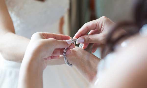 התאמת תכשיטים לשמלות כלה